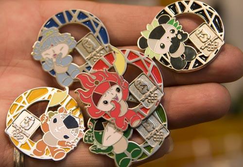 图文:特许商品展新品上市 新颖可爱的福娃徽章