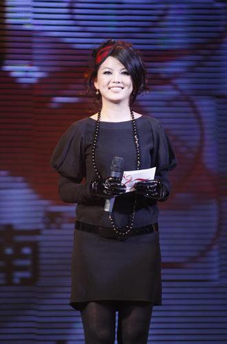 精品十五年盛典四大主持 李湘黑裙显富态