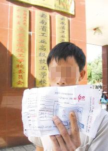 照片:2007年9月21日,原告之一沈菲菲的父亲沈同仁与学校交涉后再次无功而返。周建军摄