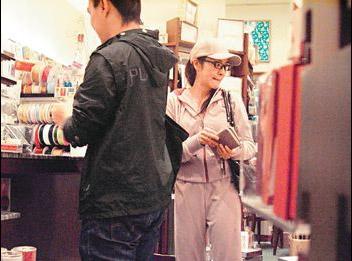 一身运动员装扮的杨紫琼在选购内衣