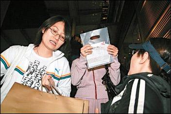 发现记者后,杨紫琼用手袋遮住脸,手上的钻戒十分耀眼