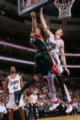 图文:[NBA]雄鹿VS76人 维拉纽瓦封盖