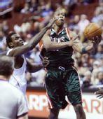 图文:[NBA]雄鹿VS76人 西蒙斯传球