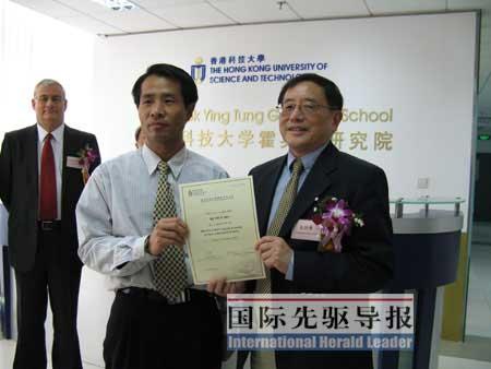 霍英东研究院院长余同希为朝方团长季文好(左)颁发结业证书。孙浩/摄