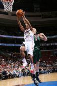 图文:[NBA]雄鹿胜76人 博古特背后抄截