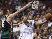 图文:[NBA]雄鹿胜76人 博古特防守