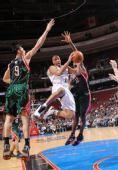图文:[NBA]雄鹿胜76人 易建联封盖对手