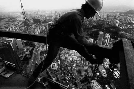 1995年6月5日,深圳383.95米高的地王大厦即将封顶,深圳又长高了
