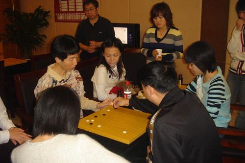 图文:正官庄杯第二局中韩对抗 中国队研究棋局