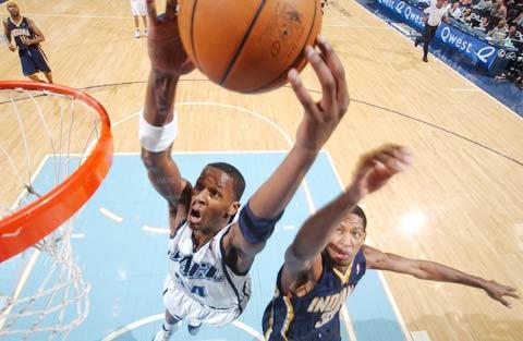 图文:[NBA]步行者负爵士 迈尔斯暴扣