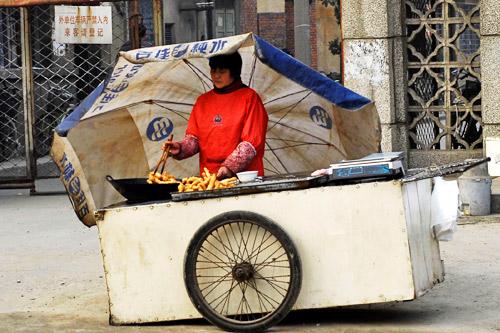 1月8日,湖北襄樊一处卖炸油条的小摊。