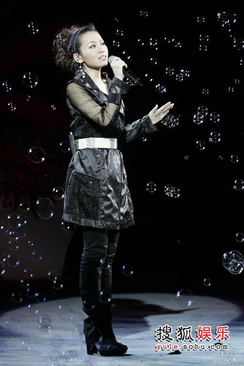 图:精品15年时尚盛典 演唱-张靓颖
