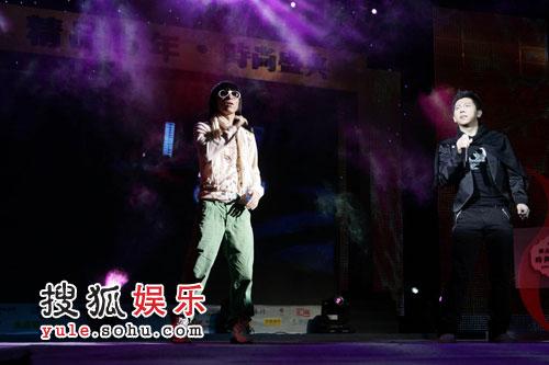 图:精品15年时尚盛典 演唱-羽泉