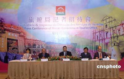 """一月九日,澳门社会文化司司长崔世安(中)出席澳门旅游局在渔人码头举行的记者招待会并答记者问。当日,澳门旅游局公布﹐2007年澳门入境旅客超过2700万人次,增幅为22.7%。中国内地仍是最大市场,约占整体旅客的55%,其中48%为""""个人游""""旅客,其次是香港、台湾旅客。中新社发史利 摄"""