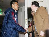 图文:国奥抵达慕尼黑 杜震宇与领事馆人员握手