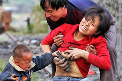 儿子溺水身亡 心碎母亲给泥巴喂奶(组图)-搜狐