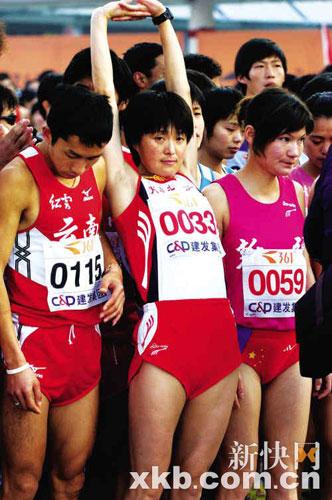 ■1月5日,孙英杰在厦门国际马拉松赛起跑前做准备活动。新华社记者 姜克红摄