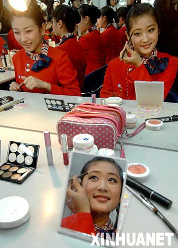 学生们在学习化妆