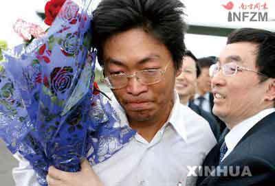 2007年4月30日,在埃塞俄比亚首都亚的斯亚贝巴,平安获释的中国工程师张晓宇(左)抵达机场后热泪盈眶
