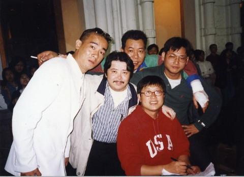 """96年初,本人还留着小胡子,我是在那一年的六月份把留了二十多年的小胡子剃掉,从此""""青靓白净""""!除了刘伟强和陈小春,后面正中那位是基哥(李兆基),他身边那位是钱文錡导演,""""玉女心经""""就是他的杰作!"""