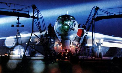 中国空军轰炸机准备夜间起飞训练