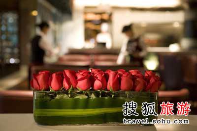 在优雅氛围的餐厅里,享受丰盛大餐,度过一个难忘的情人节