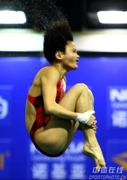 图文:女子10米台王鑫预赛第一 汪皓在比赛中