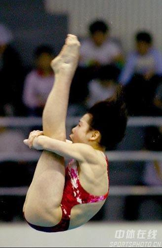 图文:女子10米台决赛汪皓折桂 动作非常完美