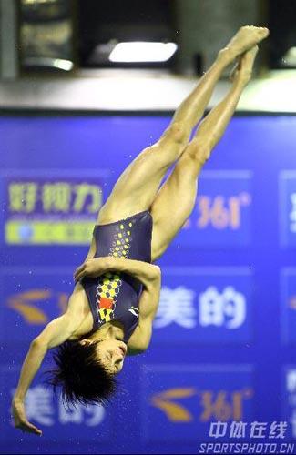 图文:女子10米台决赛汪皓折桂 王鑫身姿优美