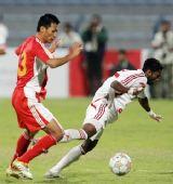 图文:阿联酋0-0国足 张帅在防守中推倒对手