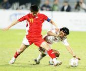 图文:阿联酋0-0国足 对手臣服在肇俊哲脚下