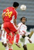 图文:阿联酋0-0国足 杜威高高跃起争顶头球