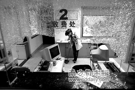被砸毁的物业公司前台一片狼藉。本报记者刘可摄