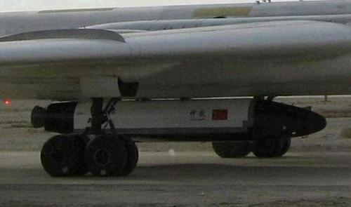 东方网图片:轰-6下挂载的神秘航天器。