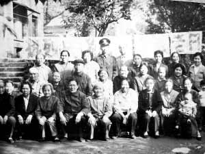 李跃芳参加全国第一个敬老日的合照(左起为刘华 李跃芳 周祖惠)