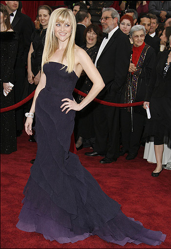 瑞丝-薇瑟斯彭穿着Olivier Theyskens设计的Nina Ricci晚装出现在2007年的奥斯卡颁奖典礼上