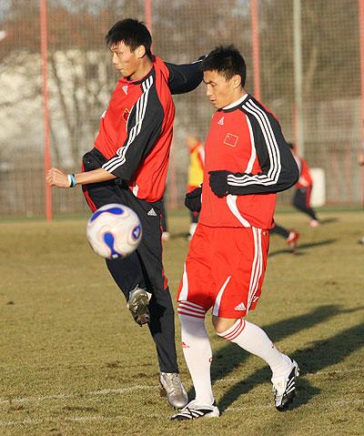 图文:国奥德国首次训练 大头对抗许湛