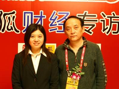 图:主持人和现代快报副总编辑、搜狐名博沙黾农(右)合影