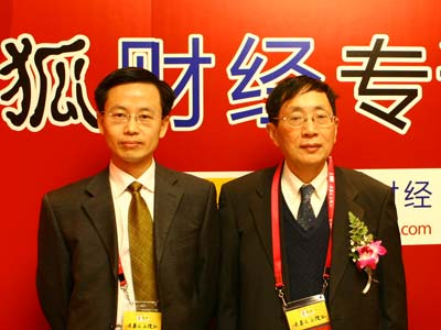 图:主持人和南洋林德投资顾问公司总裁温元凯(右)合影