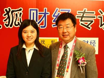 图:主持人和湘财证券首席经济学家金岩石(右)合影