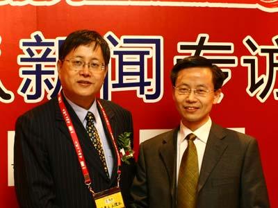 图:主持人和华夏基金副总裁张后奇(左)合影