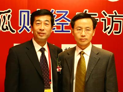 图:主持人和伊利集团执行总裁张剑秋(左)合影