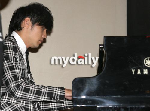 周杰伦韩国记者会弹起钢琴