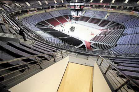 篮球馆内景,场地中心上空悬挂的漏斗形大屏幕