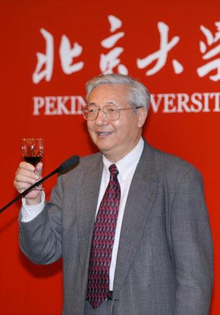 北京大学校长许智宏举杯演讲