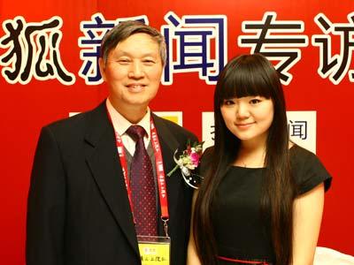 图:主持人和绕月探测工程卫星系统总师顾问李铁寿(左)合影