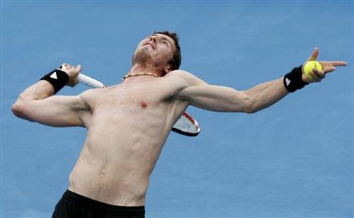 图文:萨芬积极训练备战澳网 发球瞬间张开手臂