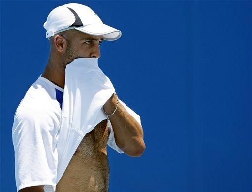 图文:布雷克澳网赛前训练 扯起衣服拭汗