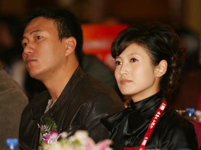 图:胡军、春妮在搜狐2008新视角高峰论坛现场