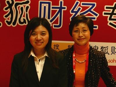 图:主持人和大众汽车总监杨美虹(右)合影
